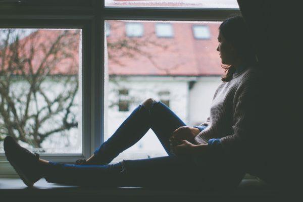 窓際の女の子